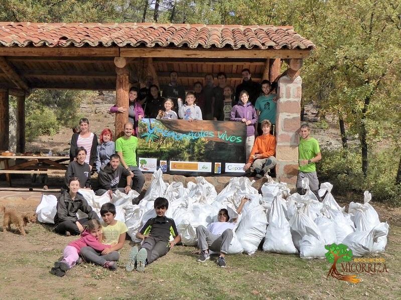 Foto grupal al finalizar la limpieza del Barranco del Hocinillo.