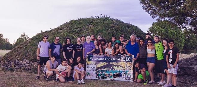 Foto grupal con el chozón restaurado